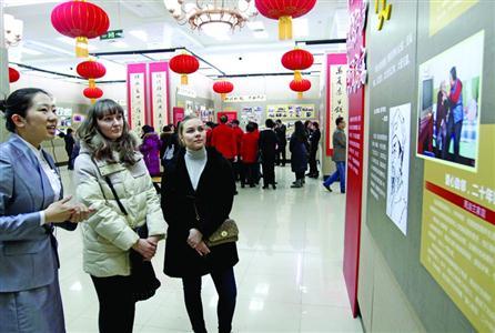 那佳和安娜都是外国人,特意来展览馆了解中国文化。辽沈晚报、聊沈客户端记者 王迪 摄