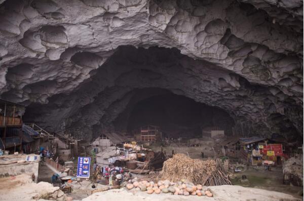 """中国最后一个""""洞穴村"""" 洞中住18户人家"""