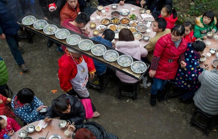 四川高人头顶传菜超30万碗 38年来从未失手