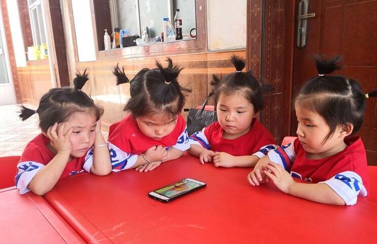 """四胞胎女儿成""""甜蜜负担"""" 咸阳夫妇靠直播补贴家用"""