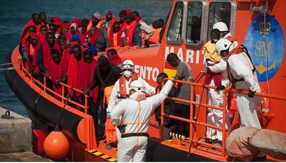 """西班牙接纳被意大利拒之门外的难民船 意高官高呼""""胜利"""""""