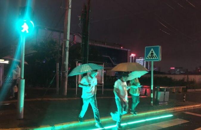 """西安""""红绿灯斑马线""""提醒低头族 LED"""
