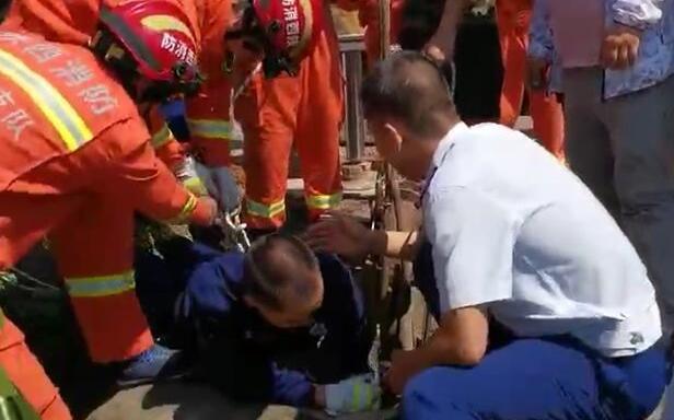 宝鸡消防员三探深井缺氧昏迷 生死赛跑成功救出被困人员