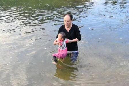 商洛一3岁女童河边玩被冲走 扶贫干部见义勇为跳河救人