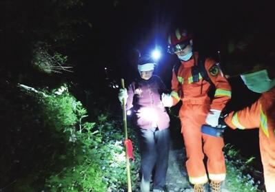 七旬老太头部受伤被困秦岭 多方联手凌晨上山救援