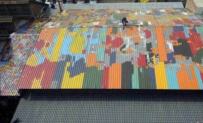 西安老菜场上千平方米屋顶上创意彩绘